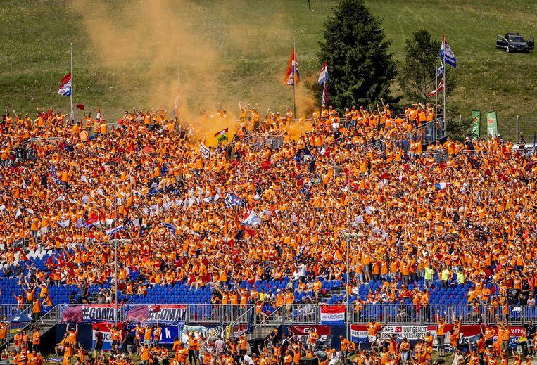 Na de winst zorgden de Verstappenfans voor oranje mist. Beeld ANP