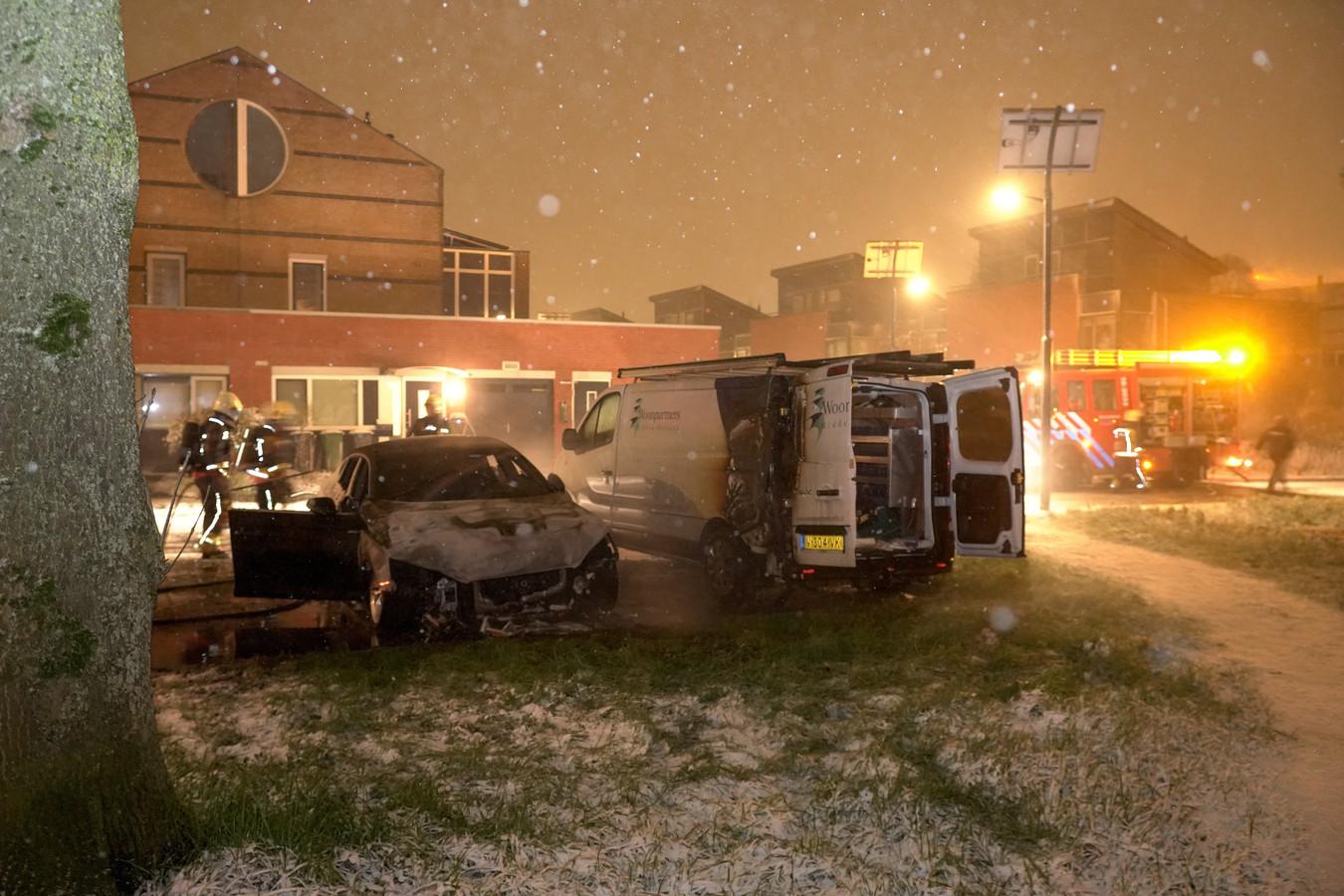 Een personenauto aan de Rentmeesterslag in Gouda Noord liep zware schade op door brand. Een bestelbus van Woonpartners raakte ook beschadigd.