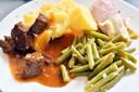 Vandaag hachee op het menu bij Marian en Alide.