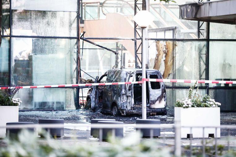 Een auto is de voorgevel van dagblad De Telegraaf binnengereden. Daarna is hij in brand gevlogen.  Beeld ANP