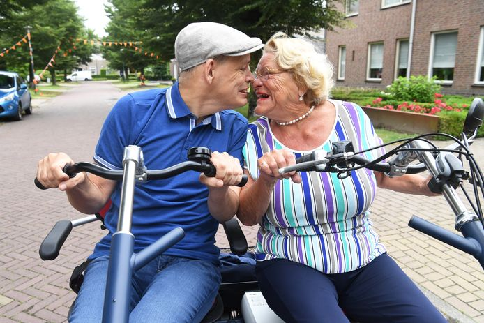 Rosalie Adriaans (75) en haar zoon Ronald (53)  genieten op de dubbelfiets.