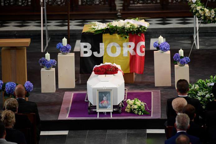 De kist van Bjorg Lambrecht bij zijn begrafenis in Knesselare op 13 augustus.