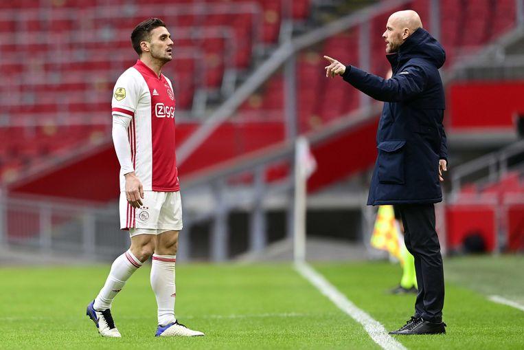 Erik ten Hag geeft aanvoerder Dusan Tadic aanwijzingen tijdens het eredivisieduel tussen Ajax en Groningen (3-1). Beeld ANP