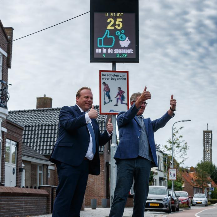 Niet te hard rijden op de Steenweg in Moerdijk levert een bedrag voor het goede doel op. Idee voor deze Snelheidsmeterspaarpot komt van inwoner Kees Scheenaard. Samen met wethouder Thomas Zwiers deed hij de stekker in het stopcontact.