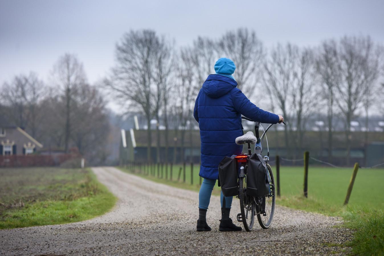 Marijke Maas, een buurtbewoner die na twee bedreigende voorvallen met boer Van Schooten niet meer over het Kerkpad durft te fietsen. Ook wil ze niet herkenbaar in beeld. ,,Ik voel me niet veilig als hij een gezicht bij dit verhaal kan plaatsen.''