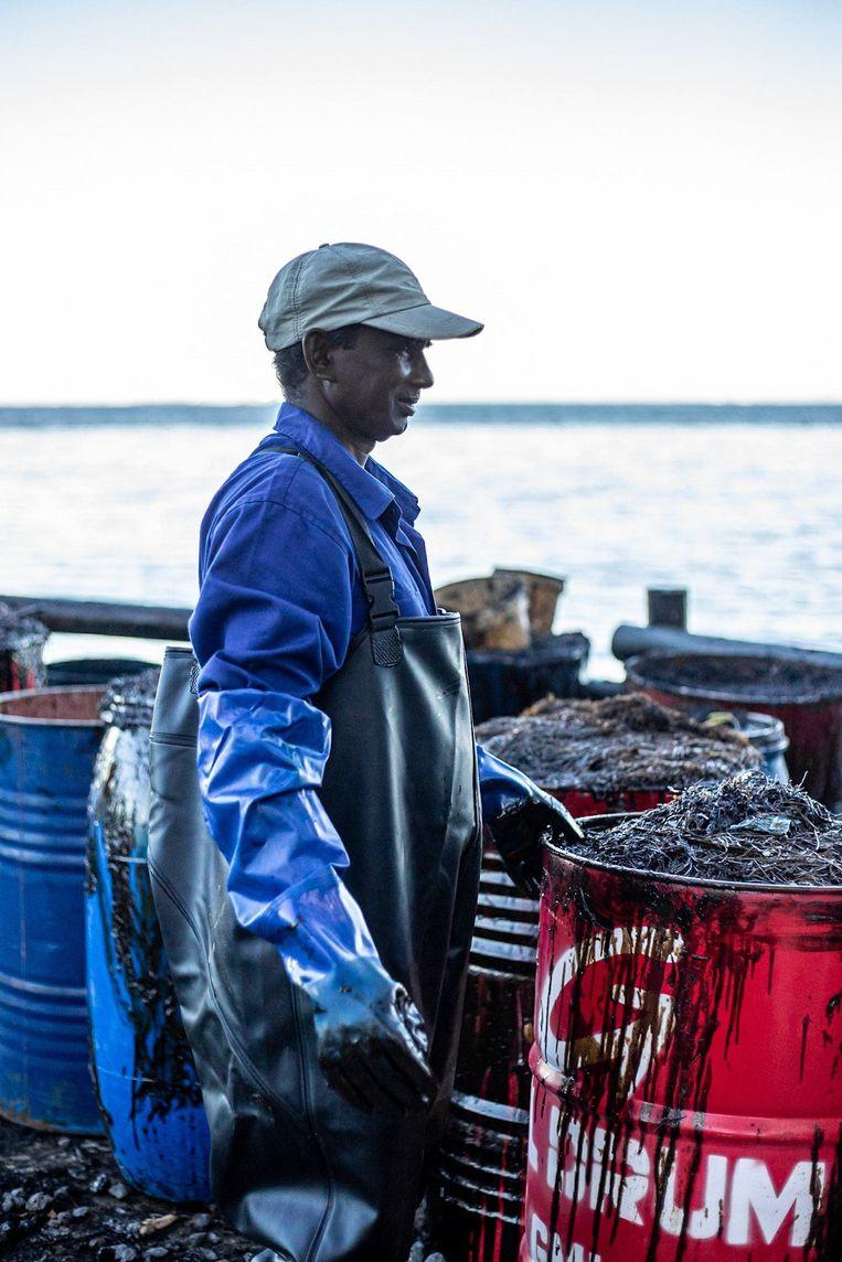 Deze man vraagt zich wellicht af waarom de tanker zich zo dicht bij de kust begaf. Beeld Photo News