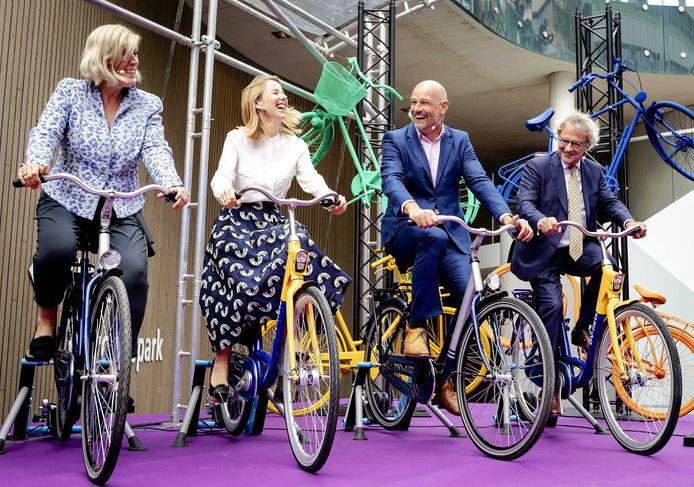 Ans Rietstra (Directeur Projecten ProRail), Stientje van Veldhoven (Staatssecretaris van Infrastructuur en Waterstaat), Victor Everhardt (Loco burgemeester Utrecht) en Roger van Boxtel (President-Directeur van NS) tijdens de openingshandeling van de Stationspleinstalling, de grootste fietsenstalling ter wereld.