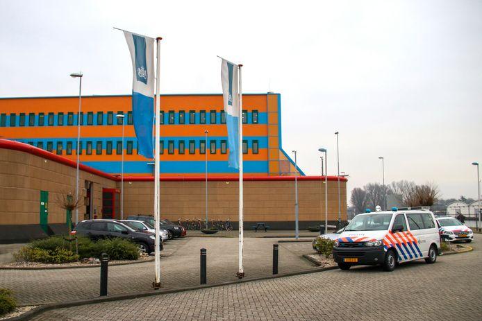 Gevangenis De Schie in Rotterdam. Tijdens een nachtdienst kon hier begin vorig jaar een pizzakoerier ongehinderd naar binnen. De drie bewaarders die hierbij betrokken waren worden ontslagen.