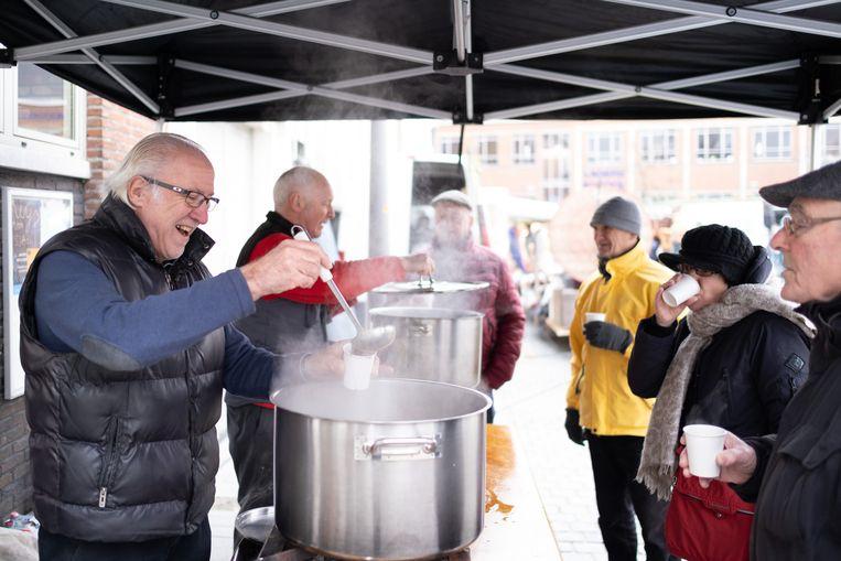 De marktkramers van het Kerkplein klinken op het nieuwe jaar met glühwein en chocomelk