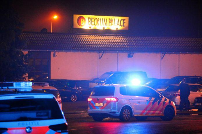 Meerdere politieauto's en ambulances zijn op 2 februari 2019 aanwezig bij Beckum Palace nadat de Almeloër meerdere bruilofsgasten heeft neergeschoten.