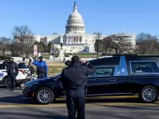 Une haie d'honneur de policiers en hommage au collègue décédé suite à l'assaut du Capitole