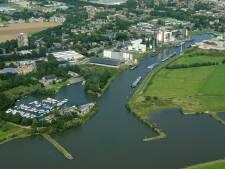 Streep door grote recreatieplas en roeibaan bij Grebbedijk Wageningen