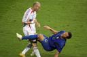 Marco Materazzi gaat neer na een kopstoot van Zinédine Zidane.