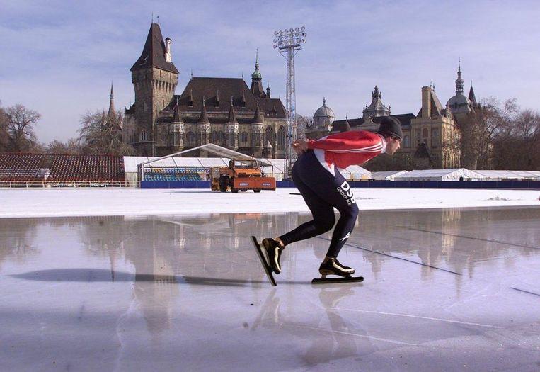 8 februari 2001: Ids Postma draait zijn rondjes op de schaatsbaan van Boedapest. Elf jaar later is het schaatscircus terug in Hongarije.<br /> Beeld anp