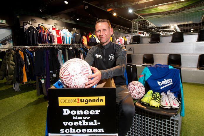 Harry Rutgers in de winkel van 11teamsports in Apeldoorn. Mensen kunnen daar hun overbodige voetbalspullen inleveren, die hergebruikt worden in Oeganda.
