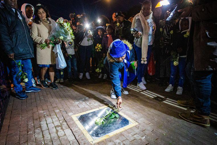 Bij de gedenksteen voor rapper Bolle - naast wat bij leven zijn favoriete snackbar was - legden moeder, overige familie en vrienden bloemen. Beeld Maarten Brante