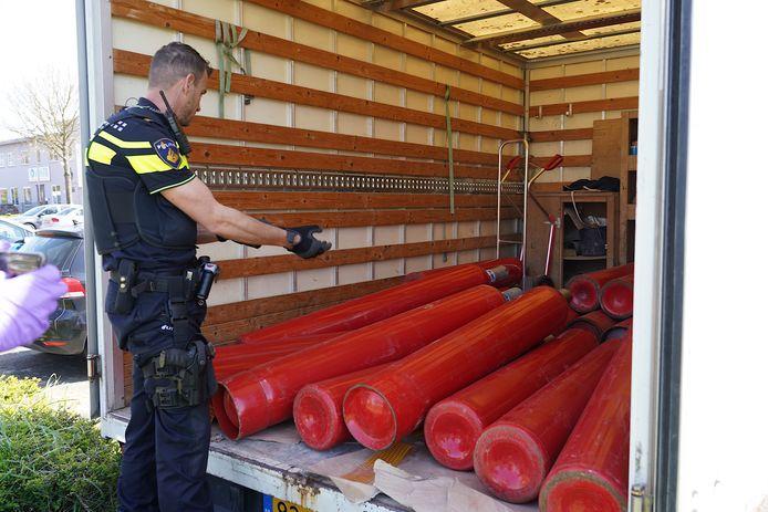 In de gestolen vrachtwagen in Tilburg lagen 22 gasflessen gebruikt voor de productie van drugs.