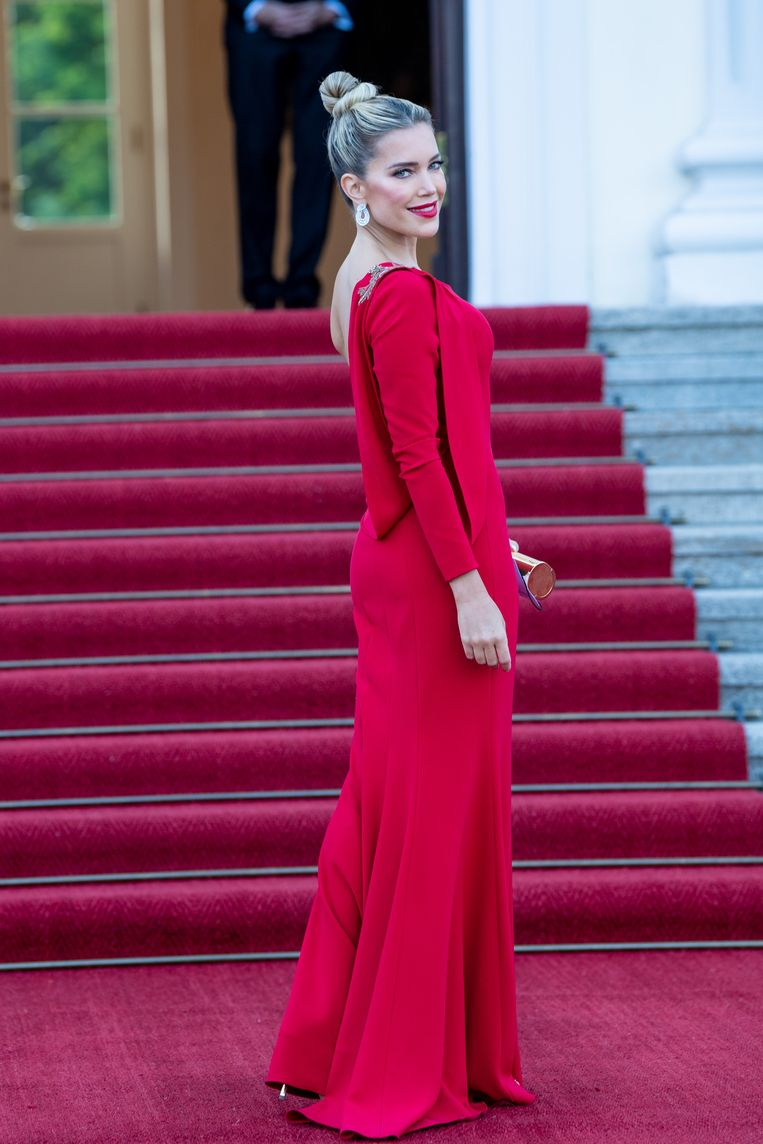 De presentatrice straalde in een prachtige rode jurk. Beeld Brunopress/Patrick van Emst