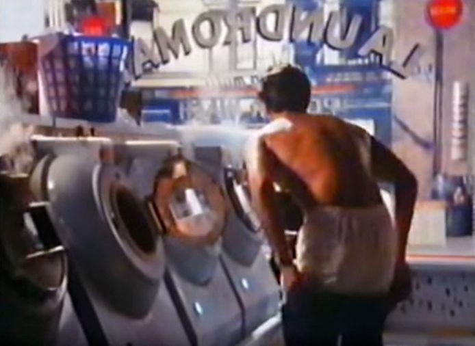 C'est une publicité Levi's, qui l'avait rendu célèbre en 1985 et avait fait de lui un véritable sex symbol.