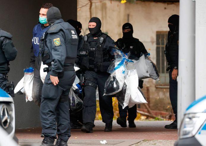 Ruim 1600 politiemensen namen vanmorgen deel aan de razzia waarbij achttien objecten werden doorzocht in het Berlijnse district Neukölln.