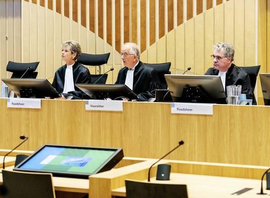 V.l.n.r. rechter L. Gerretsen-Visser, voorzitter W. Bruinsma en rechter W. van Boven bij het hoger beroep in het Justitieel Complex Schiphol  in de zaak rond de fatale arrestatie van Mitch Henriquez.