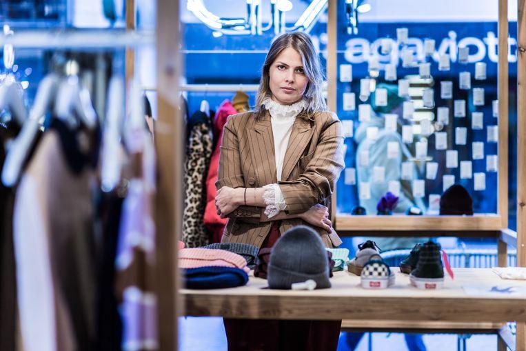 """Charlotte Deforche van de Antwerpse winkel Kid: """"Hoe moet ik een klant uitleggen dat een stuk dat zij een week geleden kocht, nu 30 procent goedkoper is?"""" Beeld Bob Van Mol"""