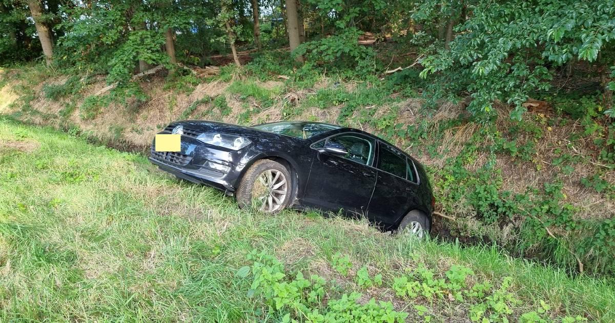Auto belandt in sloot na botsing met vrachtwagen op N65 bij Haaren.