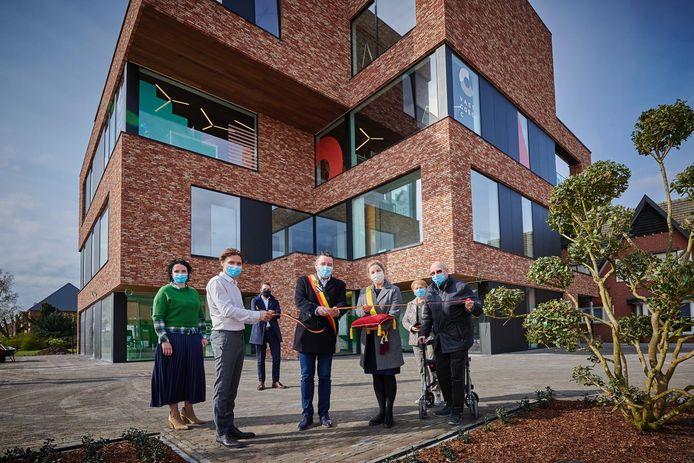 De opening gebeurde – uiteraard – in beperkte kring met, behalve de bouwheer en drie huurders, enkel burgemeester Jan Dalemans en schepen van Economie Nele Lijnen die het lint doorknipten.