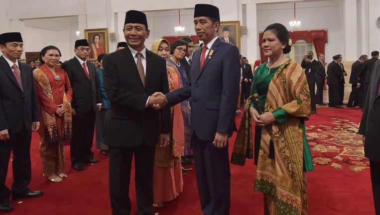 De Indonesische president Joko Widodo (midden) benoemt oud-generaal Wiranto tot minister van Veiligheid en Politieke zaken (links). Beeld afp