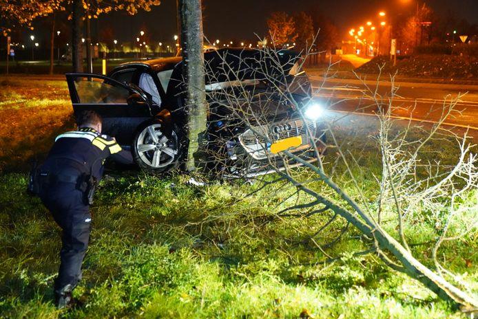 De Audi kwam tegen een boom tot stilstand.