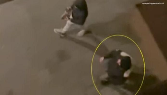 Twee stenengooiers in Venlo. De omcirkelde persoon gooide de ruit in van de voorbijrijdende politieauto.