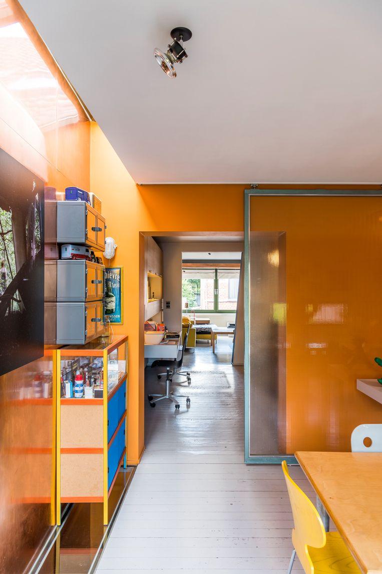 Lichtstroken in de vloer en het plafond brengen extra daglicht binnen en creëren een speels effect. Beeld Luc Roymans