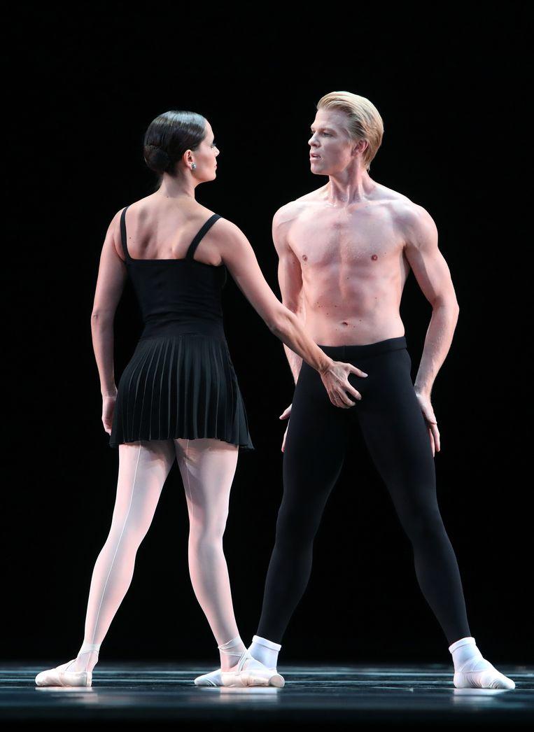 Eerste solisten Igone de Jongh en Marijn Rademaker in 'Sarcasmen' van choreograaf Hans van Manen door Het Nationale Ballet. Beeld Hans Gerritsen
