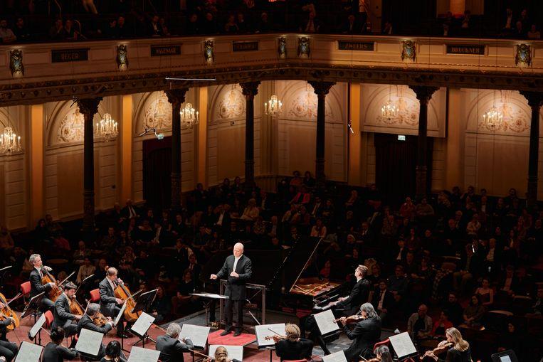 Dirigent Paavo Järvi en pianist Víkingur Ólafsson bij het Concertgebouworkest. Beeld Milagro Elstak