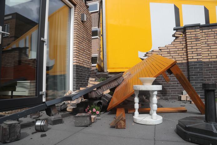 Een vrachtwagen van supermarktketen Jumbo belandde in een Voorburgse achtertuin.