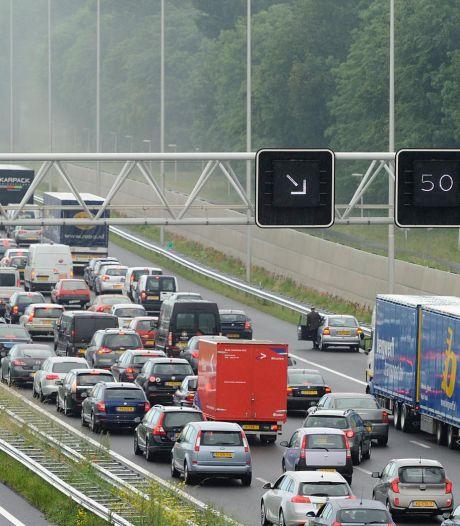 Verkeerschaos op A12 en A20 door motorongeluk en vrachtwagenbrand