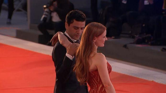 Oscar Isaac sort le grand jeu aux côtés de Jessica Chastain.