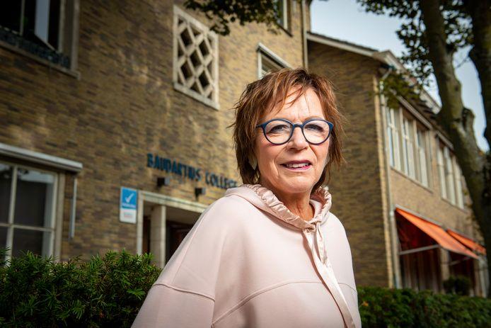 Yvonne ten Holder voor het schoolgebouw van het Baudartius College. Het raadslid van D66 Zutphen kreeg een meerderheid van de gemeenteraad mee om het historische gebouw aan te wijzen als gemeentelijk monument, waardoor sloop in feite geen optie meer is.