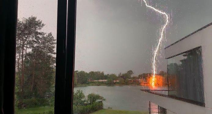 Een spectaculaire blikseminslag vanavond aan het meer van Keerbergen.