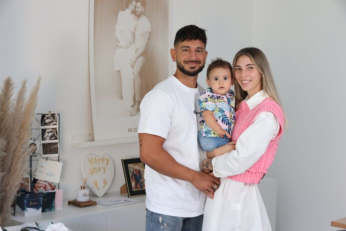 'Temptation Island'-koppel Amber en Arda, met hun zoontje Amari.