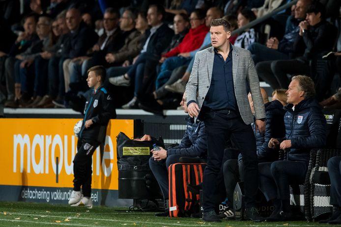 John Stegeman ziet het langs de lijn misgaan met PEC Zwolle in Almelo.