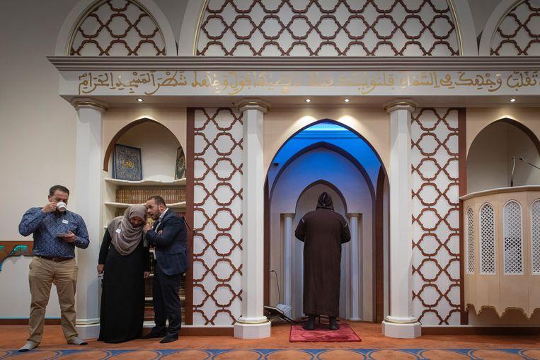 De imam (in de nis) laat horen hoe het zal klinken. Links bestuursleden.  Beeld Dingena Mol
