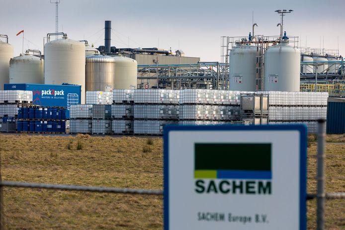 Nederland,  Zaltbommel, chemiebedrijf Sachem staat dicht tegen het spoor en op worpafstad van Zaltbommel.