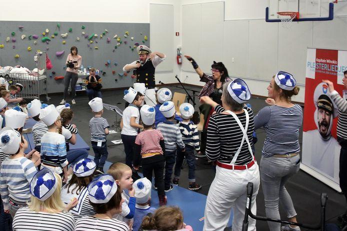 De kinderen van revalidatieziekenhuis Inkendaal gingen zelfs aan het dansen tijdens het optreden van Kapitein Winokio.