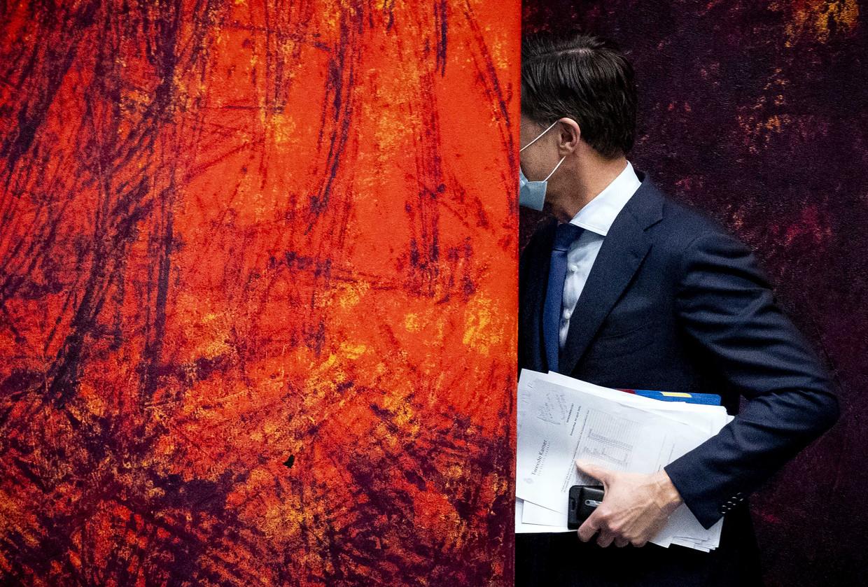 Demissionair premier Mark Rutte verlaat de Kamer in een pauze tijdens het debat over de toeslagenaffaire.