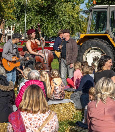 Optredens 'op de stoep' zorgen voor reuring in Zwolse wijken