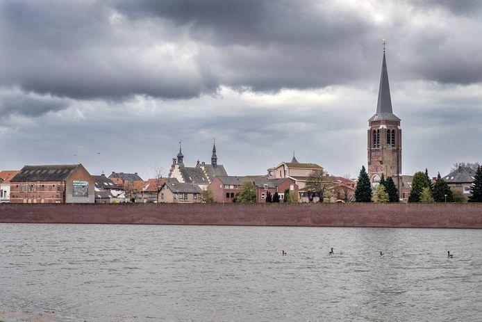 Gennep, met het riviertje de Niers op de voorgrond. Dit was februari: officieel geen hoogwater, maar verhoogd waterpeil.