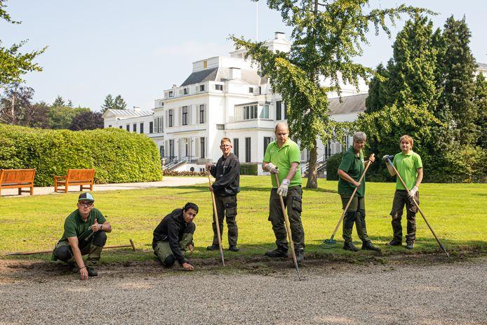 Van links naar rechts Delano, Lorenzo, Herman, Eelco, Nora en Laurent schoffelen in de tuin van Paleis Soestdijk.