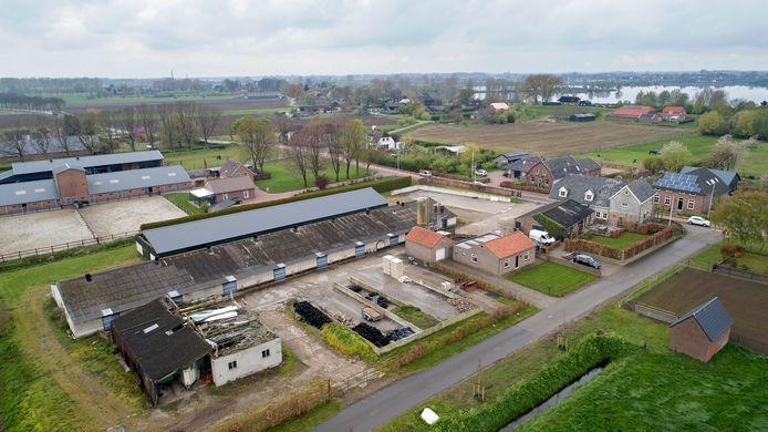 Buurtschap de Kesselse Hoek, ook wel Heilige Heuvel genoemd. Met op de voorgrond de kalverstallen die gesloopt worden. Op de achtergrond de Lithse Ham.