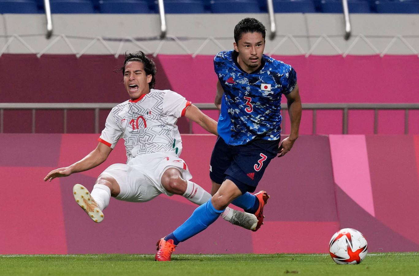 Nakayama toont zich de sterkste in een duel met de Mexicaan Diego Lainez.